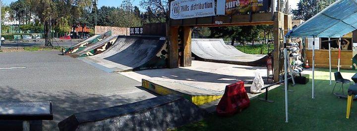 skate-boarding-in-bunker-skatepark